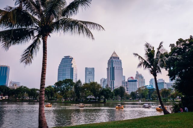 Picnic in Lumpini Park - Free things to do in Bangkok, Thailand